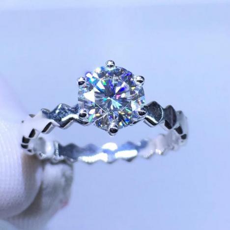 18K金镶嵌莫桑钻戒指,裸石1ct,独特设计,晶体干净图片