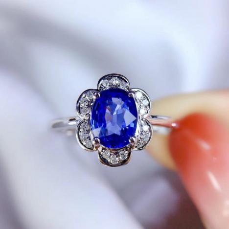 天然无烧矢车菊蓝宝石戒指,主石1.2ct,18K金伴钻镶嵌