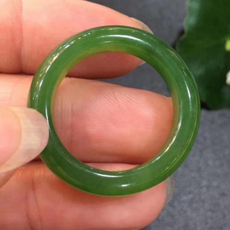 精品天然和田碧玉指环,菠菜绿,颜色鲜亮,玉质通透