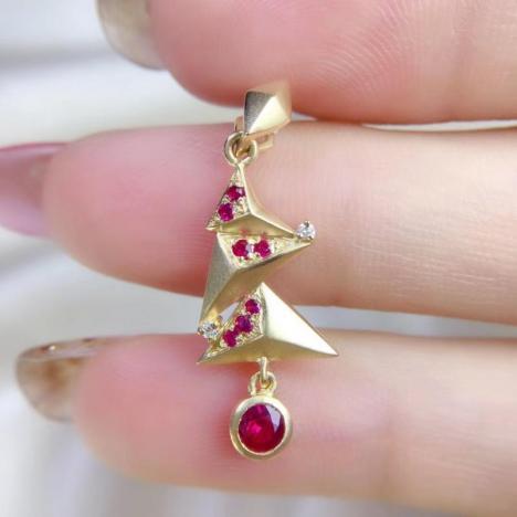 明星同款设计红宝石吊坠,主石0.45ct,小巧精致