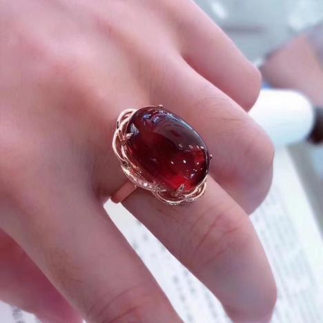 天然墨西哥红蓝珀戒指,18K金钻石镶嵌,大气典雅图片