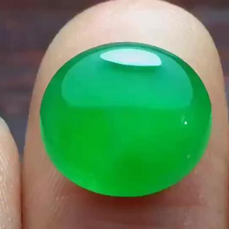 天然A货翡翠,冰种阳绿翡翠蛋面图片