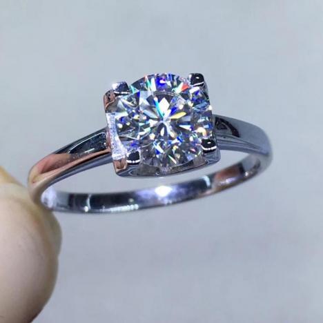 天然18K金莫桑钻戒指,裸石1克拉,款式精美,火彩超赞图片