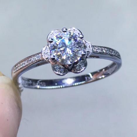 花朵形,莫桑钻戒指,18K金镶嵌,裸石0.5ct图片