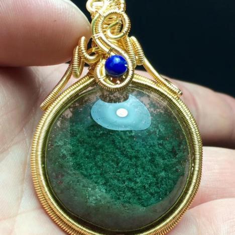 天然巴西老矿绿幽灵聚宝盆蛋面吊坠,晶体通透,颜色翠绿图片