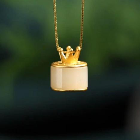 天然和田玉皇冠挂坠,精品老料,纯银镶嵌图片