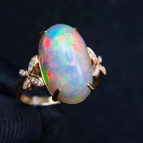 天然18K金镶嵌欧泊戒指,7.5克拉,蓝彩欧泊图片