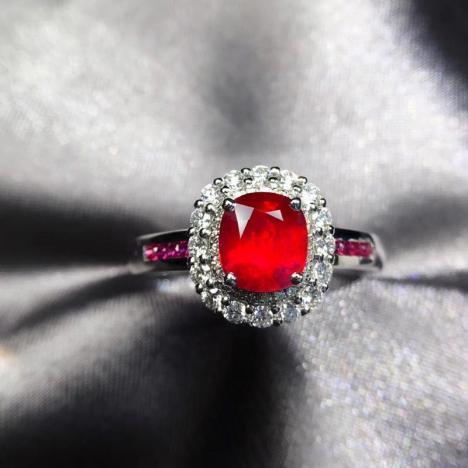 无烧鸽血红宝石戒指,1.02克拉,火彩好