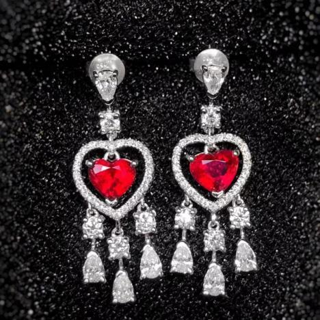 鸽血红红宝石耳坠,1.82克拉,豪华镶嵌图片