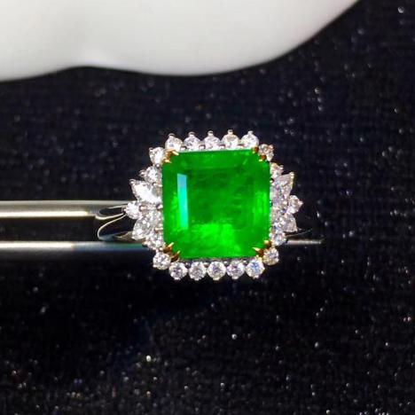 天然祖母绿吊坠,2.965克拉,颜色艳丽图片
