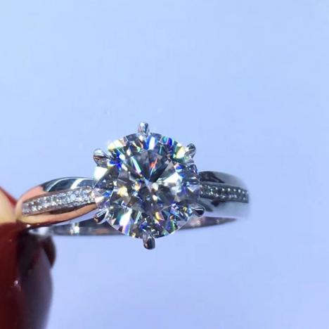 1克拉六爪款18K金莫桑钻戒指,厚金镶嵌图片