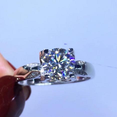 1克拉牛头款18K金莫桑钻戒指,厚金镶嵌图片