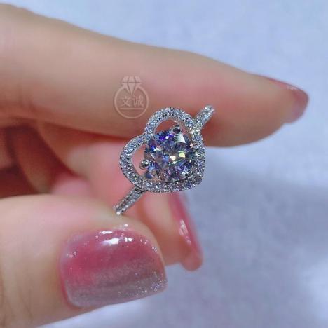 大心形款莫桑钻戒指1克拉,D色VVS净度,银镶嵌,可定制18K金