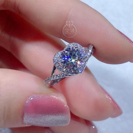 心形款莫桑钻戒指1克拉,D色VVS净度,银镶嵌,可定制18K金
