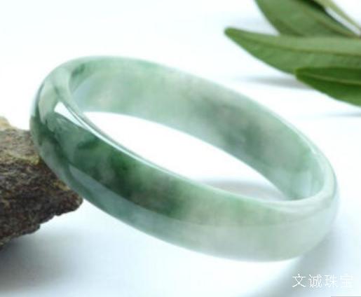戴戒指的讲究_翡翠手镯该佩戴左手还是右手呢,翡翠戴哪只手_文诚珠宝!